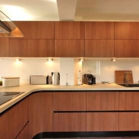 Italienische Designküche: Nussbaum Front + Mineralstoffplatte